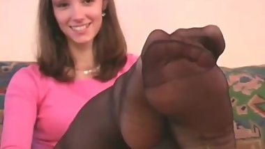 Teen in black pantyhose shows her feet