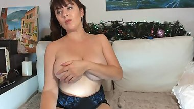 MILF SHOWS HER BIG BOOBS