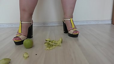 bbw in high heels crushes apples