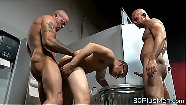 Hunk gets banged in 3some